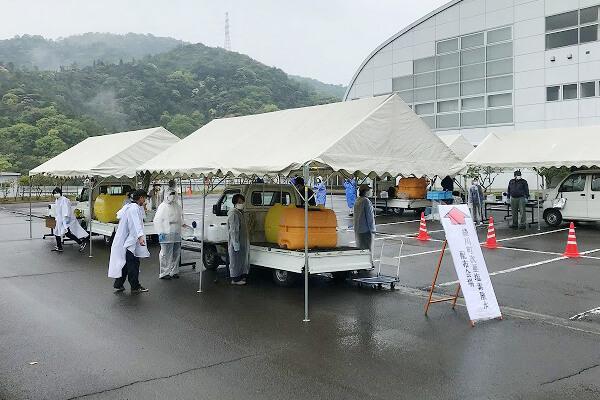 次亜塩素酸水を配布中のテント